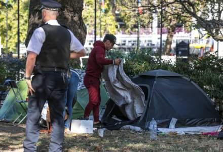 Două românce și-au făcut bordel în cort în fața unei școli din Londra