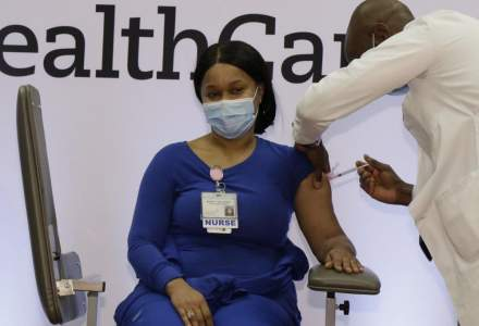 O infirmieră de la terapie intensivă din Connecticut este prima persoană vaccinată cu o doză Moderna