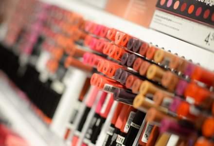 Deși au stat mai mult în casă, românii au cumpărat mai multe cosmetice în 2020