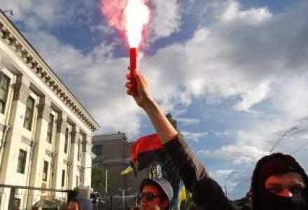 Circa 300 de persoane protesteaza violent in fata Ambasadei Rusiei la Kiev