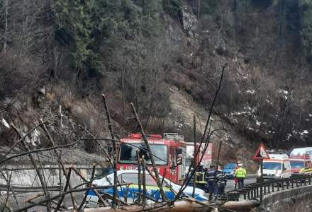 O femeie a decedat, după ce un copac a căzut peste mașina sa, aflată în mers