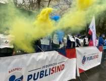 Proteste cu fumigene în fața...