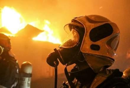 Incendiu de la o fabrică de produse din țiței - Două persoane au ajuns la spital cu arsuri