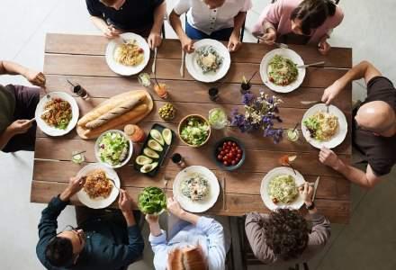 Clienții Auchan vor putea comanda mâncare gătită prin platforma Takeaway
