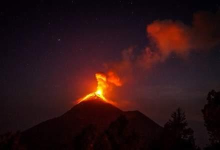Etna erupe din nou: aeroportul din Catania se închide parțial