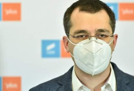Vlad Voiculescu, fotografiat fără mască pe holurile Parlamentului