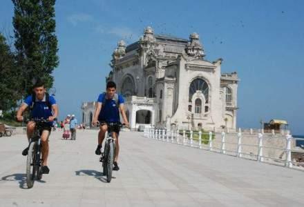 Inainte de majorat: doi liceeni constanteni au lansat primul serviciu de curierat rapid pe bicicleta din Constanta