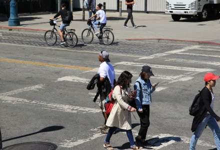 Pietonii ar putea fi amendați dacă folosesc telefonul mobil în timp ce traversează