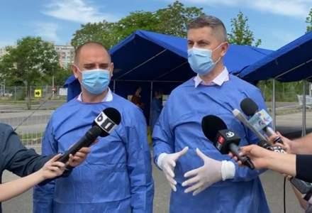 Dan Barna și Radu Mihaiu, voluntari la un centru de vaccinare din București