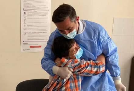 FOTO: Valeriu Gheorghiță, primit cu îmbrățișări în satul natal pentru a-i vaccina pe localnici