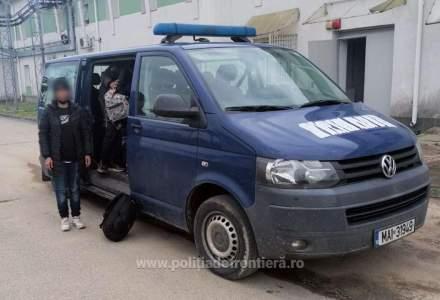 Şase adulţi si şase copii au traversat Dunărea, din Serbia, cu o barcă gonflabilă