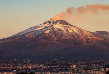 VIDEO | Erupțiile vulcanului Etna au acoperit drumurile cu cenușă