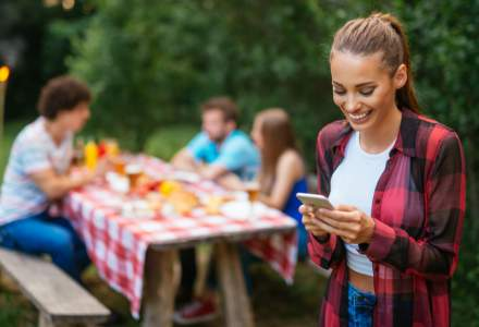 Mai puțin timp online, mai mult timp la terase și iarbă verde – Cum se vede revenirea la normalitate în publicitate