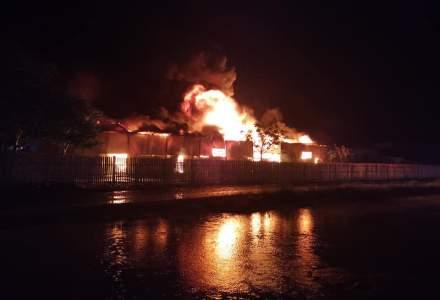 Incendiu puternic într-un depozit de mase plastice în Vaslui, provocat de un scurtcircuit
