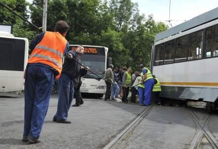 O bucată de șină a trecut prin podea și a rănit un om într-un tramvai din București
