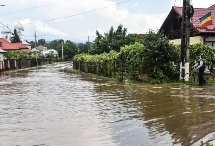 Pompierii continuă să lupte cu starea cauzată de inundație