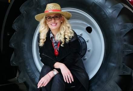 Prima femeie care traversează România cu tractorul
