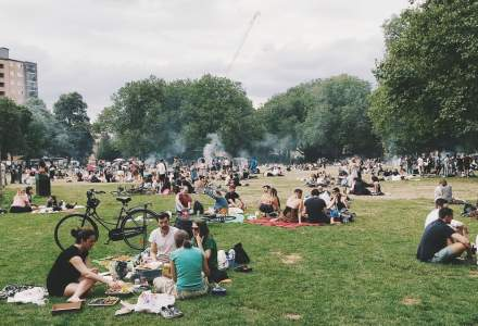 Ce se întâmplă de la 1 august: masca rămâne obligatorie în spațiile închise și crește numărul de participanți la evenimente