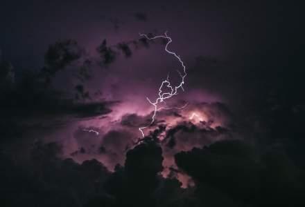 Primele pagube ale furtunii: o antenă de 30 m s-a prăbușit peste o casă; un avion TAROM nu va mai zbura spre București