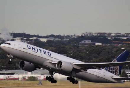 O mare companie aeriană își OBLIGĂ angajații să se vaccineze