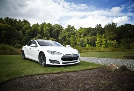 Compania care oferă o Tesla în schimbul vaccinării anti-COVID și întoarcerii la birou