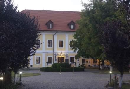 Două surori au salvat un castel din Transilvania cu sute de ani de istorie și l-au transformat într-o afacere de succes