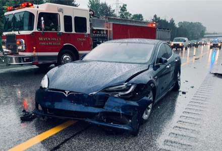Mașinile autonome Tesla nu țin cont de salvări, pompieri sau mașinile de poliție