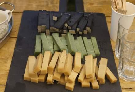 Brânza cu cărbune, vin sau nuci: povestea afacerii din spatele delicateselor făcute într-un sătuc transilvănean