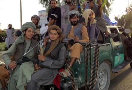 """Flagelul începe în Afganistan: tineri biciuiți de talibani pentru că purtau blugi, fiindcă """"nu respectă Islamul"""""""