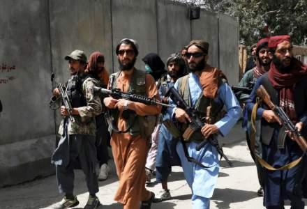 Americanii, escortați de talibani, cu care până acum o lună erau în război