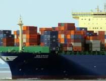 Zeci de nave blocate pe...