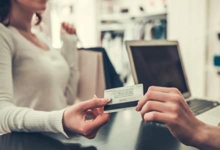 Studiu: Mulți consumatori evită magazinele unde nu pot plăti contactless cu cardul