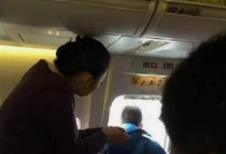 Un pasager a deschis usa de urgenta la avion pentru a lua o gura de aer