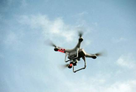 In timp ce romanii se inghesuie la cozi, serviciul postal francez testeaza livrarea prin drone [VIDEO]