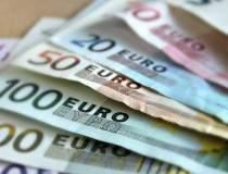 Euro a coborat la un nou...