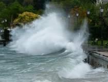 Inundatiile fac ravagii:...