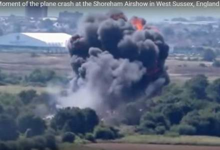 Un avion s-a prabusit peste masini la un show aerian in Anglia