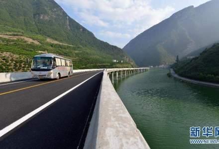 O idee de neconceput pentru CNADNR: cum au reusit chinezii sa faca o sosea de mare viteza intre munti fix prin mijlocul unui rau