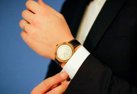 La 26 de ani, doi prieteni din copilarie dau lovitura cu un accesoriu inedit: ceasuri din lemn, pe care le vand deja in SUA, Dubai si Marea Britanie