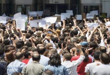 Raniti si arestari la Chisinau, in confruntari intre manifestanti si politisti la procuratura