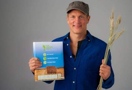 Woody Harrelson introduce hartia realizata din 80% paie de grau si 20% lemn