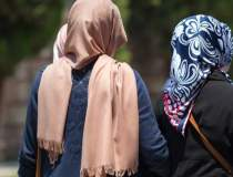 Doua tinere musulmane,...