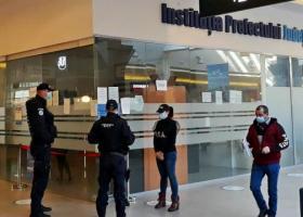 Un milion de euro ascunși în ligheane și găleți de angajații de la Permise și...