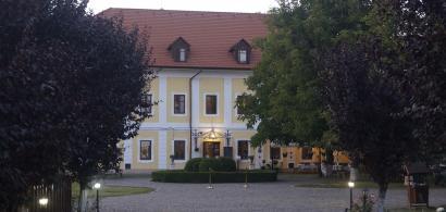 Două surori au salvat un castel din Transilvania cu sute de ani de istorie și...