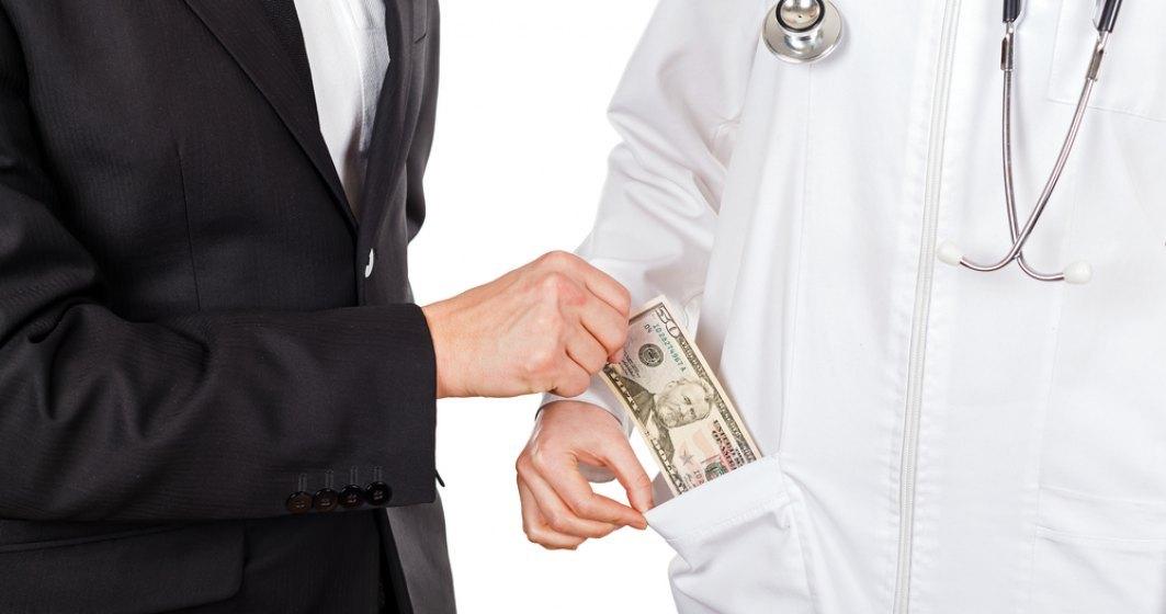 Pedeapsa inedita: Un medic acuzat de coruptie a fost trimis sa munceasca la piata
