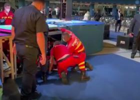 Accident la Congresul PNL: Un delegat s-a urcat pe scenă să facă o poză și a...