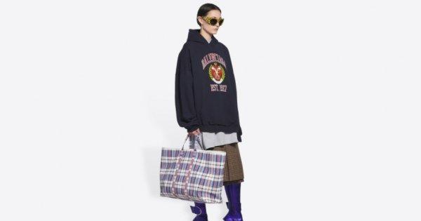 Balenciaga a lansat o nouă geantă care seamănă mai mult cu sacoșa de...