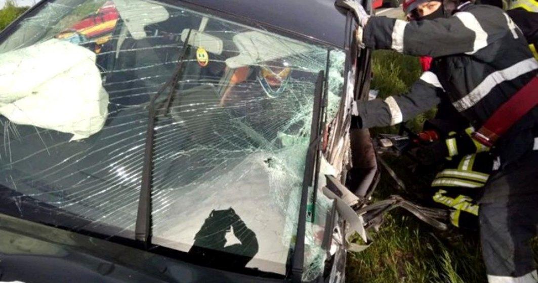 Prima zi fără restricții readuce haosul pe șoselele din țară. În Timișoara, un șofer a rămas încarcerat după ce două mașini și un autotren s-au ciocnit.