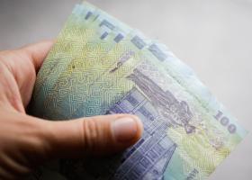 Proiect: Românii care primesc ajutor social vor primi bani încă șase luni,...