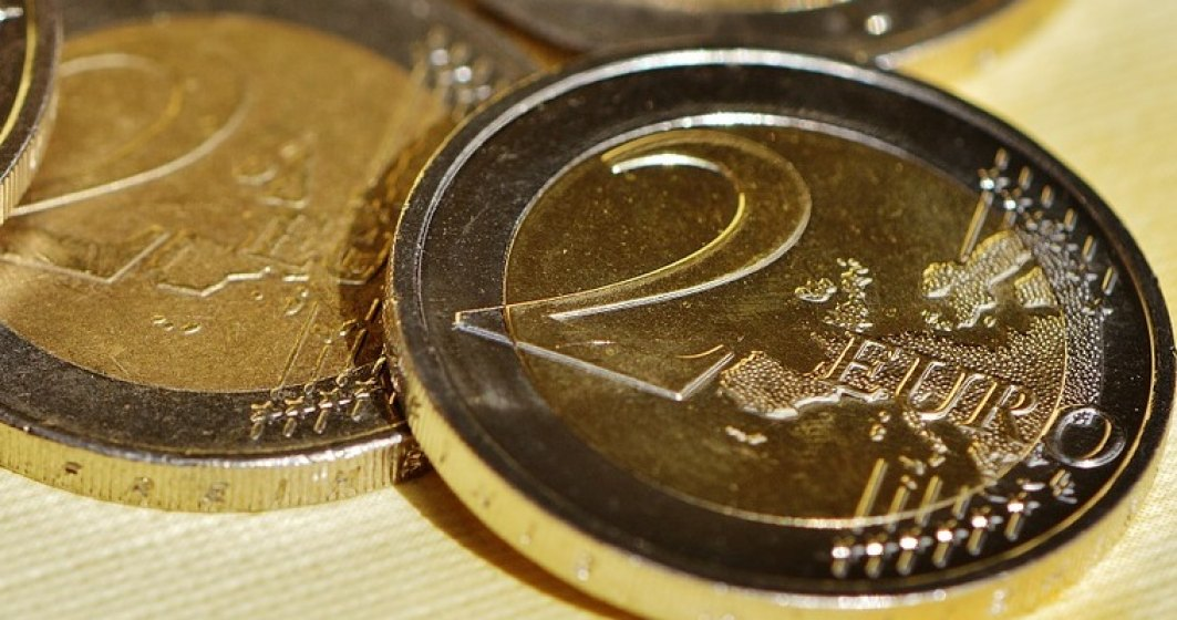 Euro creste usor, la 4,5366 lei/euro, dar leul pierde teren puternic fata de dolar si creste in raport cu lira sterlina
